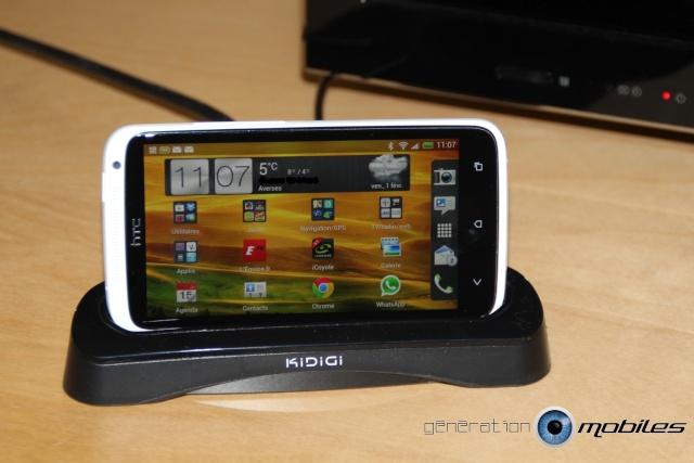 HTC One X dans le dock, mode paysage